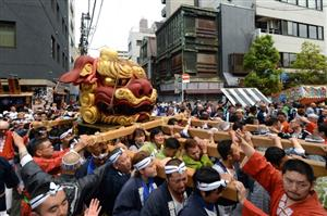 「つきじ獅子祭」の渡御祭で、約700キロの獅子頭を担ぐ人たち=12日午前、東京都中央区築地6丁目、角野貴之撮影