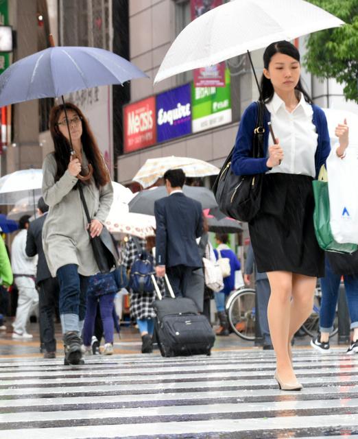 仙台管区気象台は13日、東北地方が梅雨入りしたと発表した。梅雨入りの時期は平年並みで、昨年より13日早い。仙台市内では朝から弱い雨が降り、傘を差した人が行き交った。
