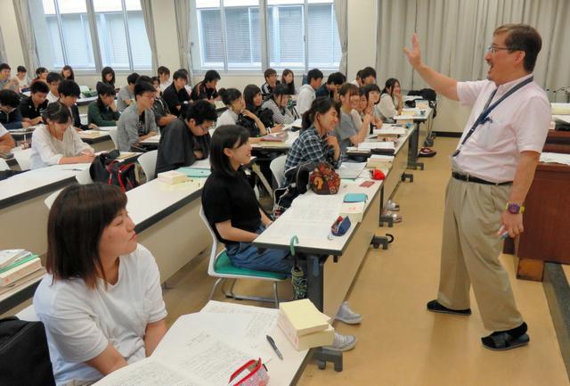 政治参加の在り方について議論する渡辺弘准教授(右端)と学生たち=13日、鹿児島大の郡元キャンパス
