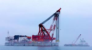 韓国・珍島沖で本格化した旅客船セウォル号の引き揚げ作業=AFP時事