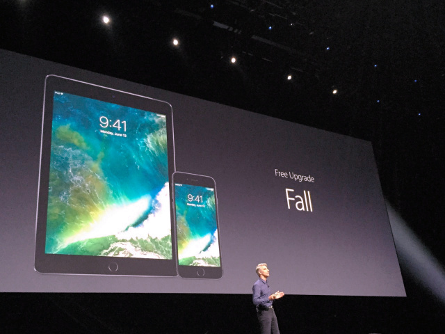開発者向けイベントでモバイル端末向け基本ソフト「iOS」の更新を発表するアップルのクレイグ・フェデリギ上級副社長=サンフランシスコ、宮地ゆう撮影