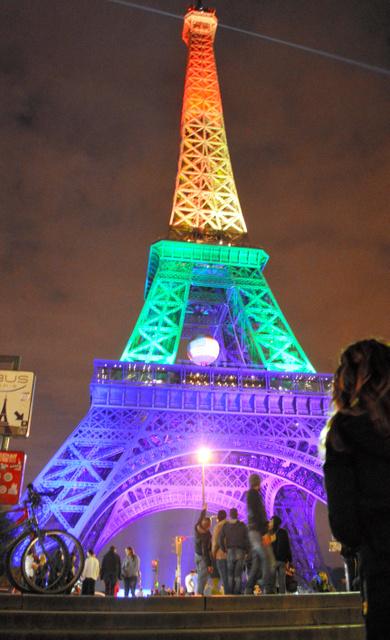 性的多様性を示す虹色にライトアップされたエッフェル塔=13日、パリ、青田秀樹撮影