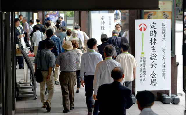 阪急阪神ホールディングスの株主総会に参加する株主たち=14日午前9時22分、大阪市北区、水野義則撮影