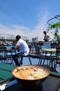 西武池袋店屋上にあるかるかやのうどん。漫画「孤独のグルメ」の主人公は「ここでは青空がおかずだ」と言った=東京都豊島区
