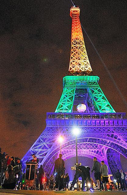 性的な多様性を示す虹色にライトアップされたエッフェル塔=13日、パリ、青田秀樹撮影
