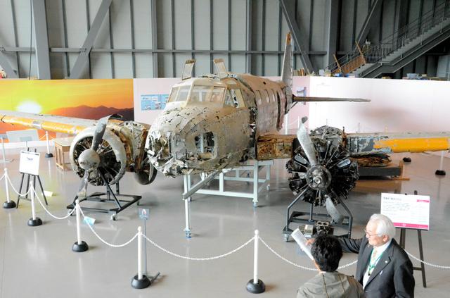 「重要航空遺産」に認定された旧陸軍の一式双発高等練習機。左エンジンはクリーニングされたためにきれいになっている=県立三沢航空科学館