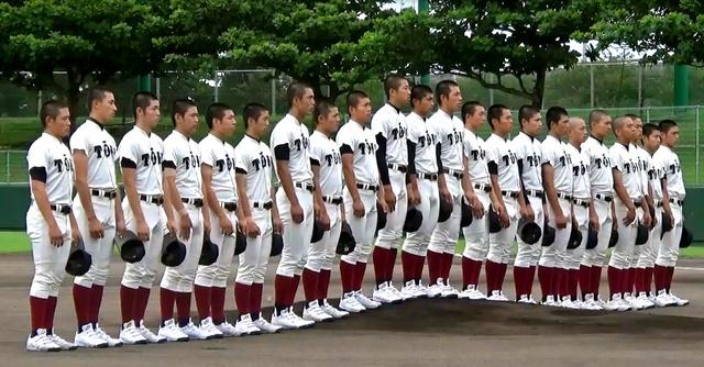 沖縄県高野連招待試合の開会式で整列する大阪桐蔭の選手たち=6月11日、北谷公園野球場