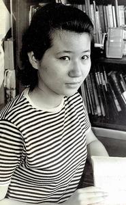 「手記」を書いていた高校2年生のとき。このころのおしゃれは決まって横縞(よこじま)のTシャツ。「母の好きな作家フランソワーズ・サガンが着ていた柄でした」=本人提供