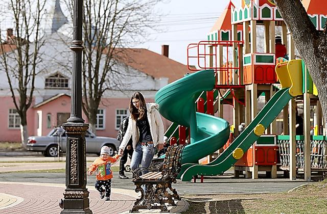 ノボズィプコフの公園で、親子が遊んでいた