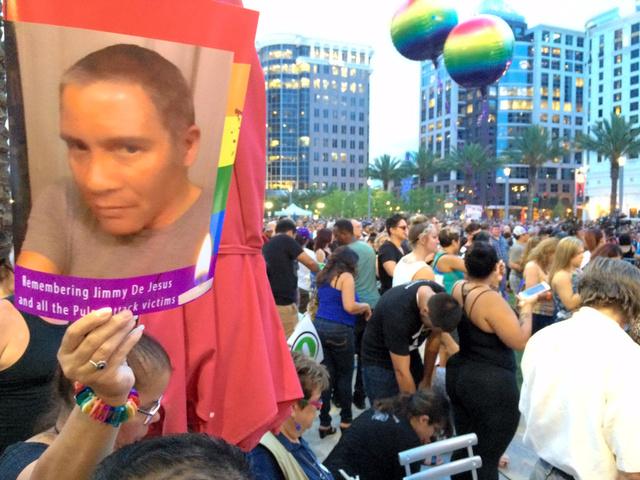 事件が起きたフロリダ州オーランドで開かれた追悼集会。犠牲になった友人の写真を掲げて参加する人々が少なくなかった=13日、金成隆一撮影