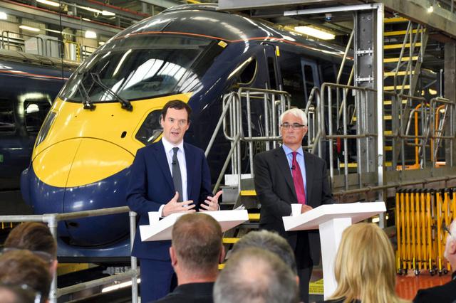 日立製作所の鉄道車両の整備工場で15日、EU残留を呼びかけるオズボーン財務相(左)とダーリング前財務相=アシュフォード