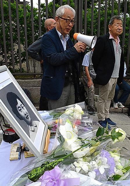 樺美智子さんの遺影を前に、60年安保闘争を振り返る参加者=東京都千代田区の国会前