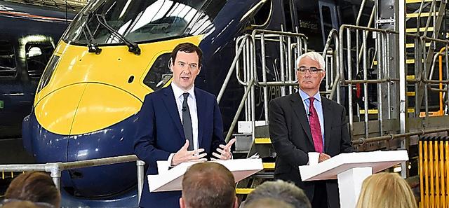 日立製作所の鉄道車両整備工場で15日、EU残留を呼びかけるオズボーン財務相(左)とダーリング前財務相=アシュフォード