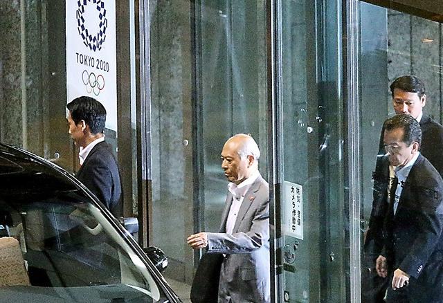 東京五輪エンブレムが掲げられたドアから都庁を後にする舛添要一都知事=15日午後8時43分、金川雄策撮影