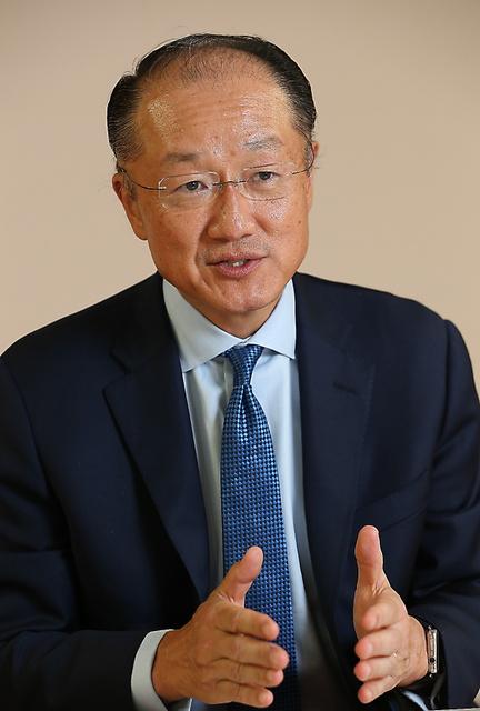 世銀の感染症対策や日本への期待などについて語るジム・ヨン・キム総裁=東京都港区、池永牧子撮影