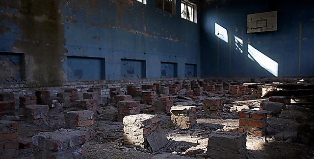 閉鎖された学校。床板が取り去られていた