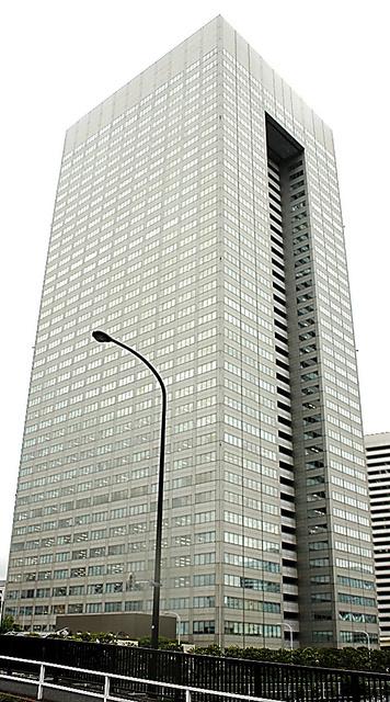 東芝本社ビル。会社再建は始まったばかりだ=東京都港区