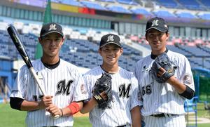 千葉ロッテマリーンズに今季入団した(左から)平沢大河、成田翔、原嵩の3選手=5月31日、QVCマリンフィールド、迫和義撮影