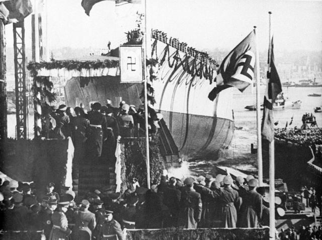 1939年2月14日、ドイツのハンブルクで進水式をする戦艦ビスマルク=AP