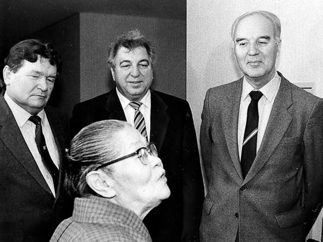 広島を訪れたソ連の調査団。左がラムザエフ、1人おいて団長のボロビヨフ=1987年1月15日、広島市の原爆養護ホーム