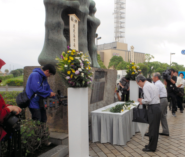慰霊碑に献花をする市幹部ら=17日、鹿児島市易居町、同市提供