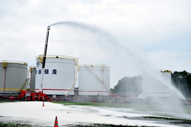 訓練で泡の消火剤を噴射するポンプ車=17日、鹿児島市