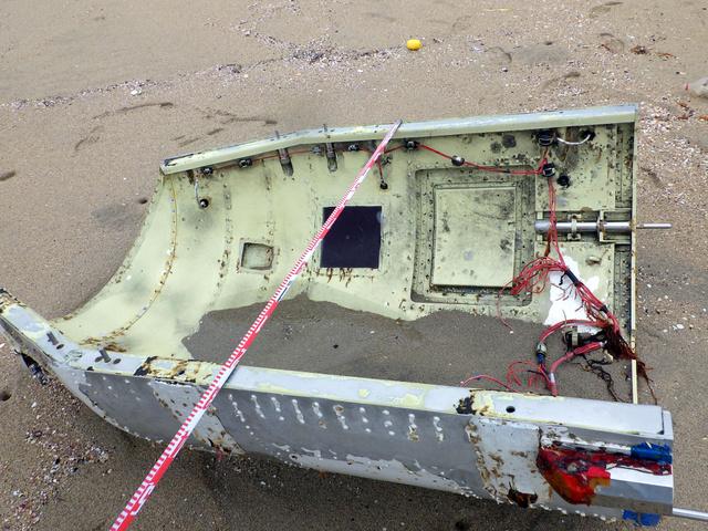 北朝鮮のミサイルの破片の可能性がある漂着物の裏側。配線のようなものが付いている=鳥取県湯梨浜町、県提供