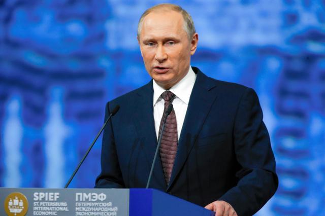 17日、ロシアのサンクトペテルブルクで開かれた国際経済フォーラムで演説するプーチン大統領=AP