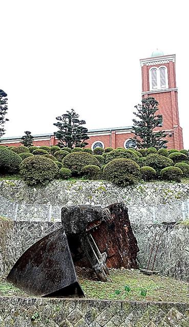 浦上天主堂の旧鐘楼(手前)
