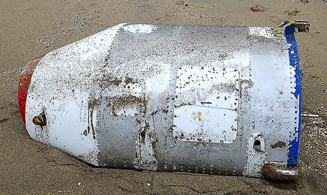 北朝鮮のミサイルの破片の可能性がある漂着物=鳥取県提供