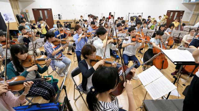 練習する京大交響楽団のメンバーたち=16日、京都市左京区、佐藤慈子撮影