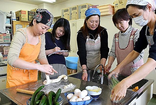 中国出身の母親たちが、大連や桂林などそれぞれの出身地のレシピを持ち寄り、料理教室用の準備を進めた=福島県須賀川市
