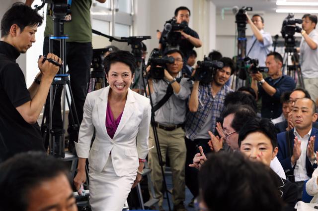 事務所開きに白いスーツ姿で現れた民進党の蓮舫参院議員=18日午後1時15分、東京都港区、鬼室黎撮影