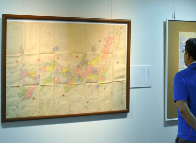 長久保赤水がつくった地図を見る来場者=水戸市の茨城大図書館