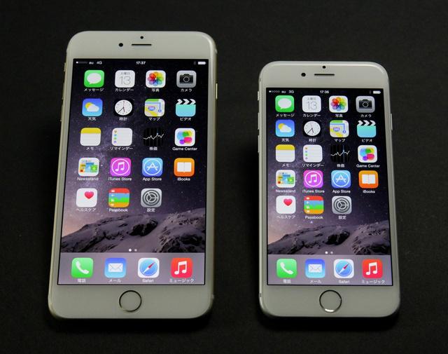 左がiPhone 6 Plus(ゴールド)、右がiPhone 6(シルバー)。カバーガラスの加工が美しい=竹谷俊之撮影