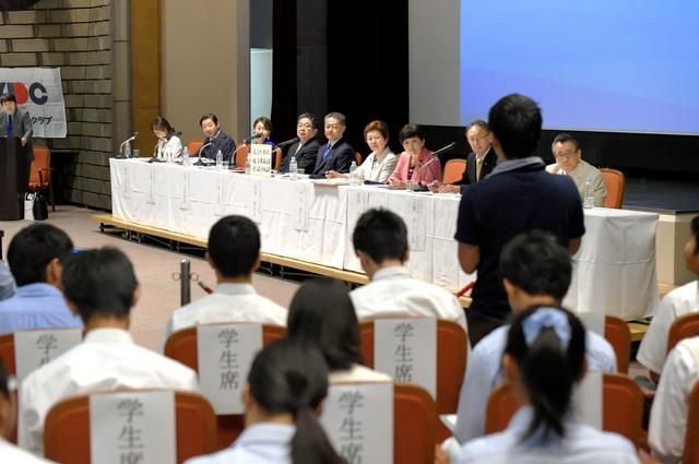 政治討論会で主要政党の幹部たちに質問する新有権者(右端)=18日午後、大阪市中央区、筋野健太撮影
