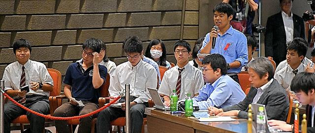 政治討論会で各党幹部たちに質問する新有権者たち(奥)=18日午後、大阪市中央区、筋野健太撮影