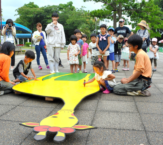キリンのパネルに、親子が模様を描くイベントもあった=大牟田市動物園