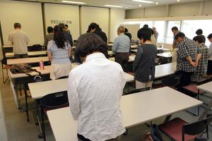 会合前に犠牲者に祈りを捧げる「山びこの会」参加者=松本市中央1丁目