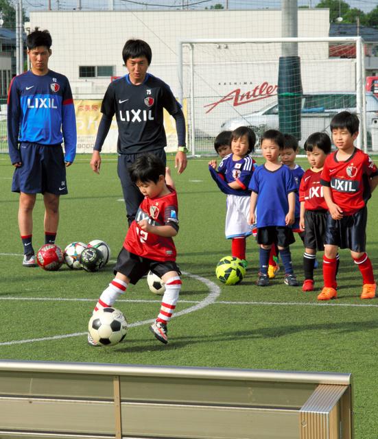 ボールを追う子どもたち=茨城県つくば市のつくばアカデミーセンター