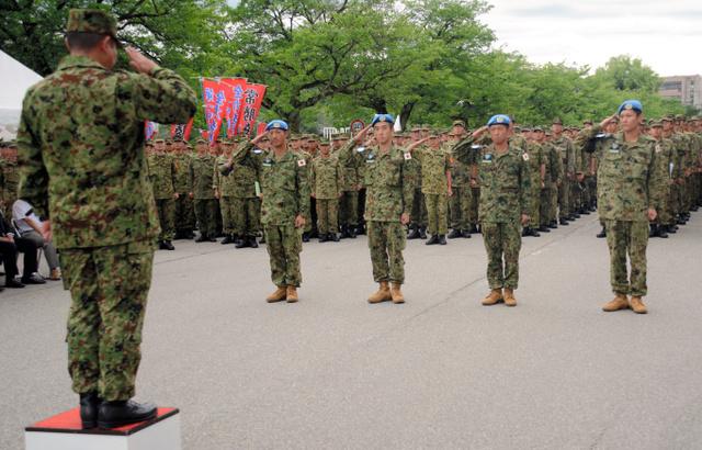 加々尾哲郎金沢駐屯地司令(左手前)に帰国を報告する隊員ら=金沢市野田町