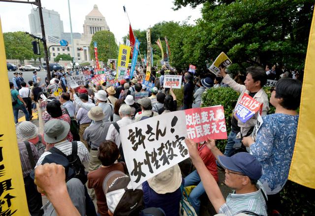 沖縄の県民大会に呼応して、国会前でも抗議集会が行われた=19日午後3時40分、東京・永田町、恵原弘太郎撮影