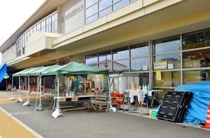 益城町の避難所。屋外では避難者のために炊き出しなどが行われる=益城町、松川希実撮影
