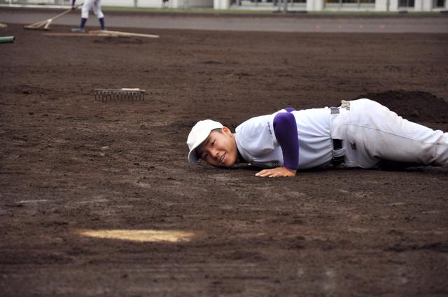 本塁周辺が平らになっているか確かめる捕手の山内颯太