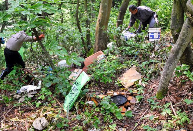 山林には、空き缶や家具の残骸などが散乱していた=新庄市金沢