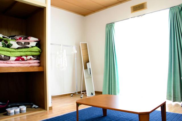 「キッズハウス」の室内は27平方メートルの1Kで、寝具や家具などが備え付けられている=筑波大病院提供