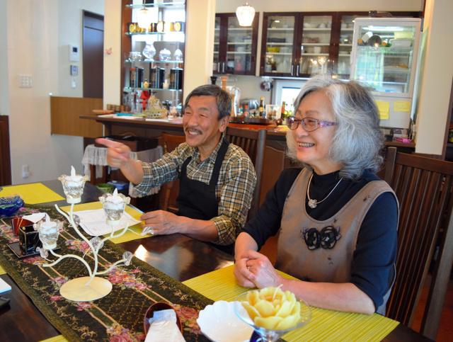 明るい店内で談笑する堀江安則さん、みどりさん夫妻=葛尾村野川の「嵐が丘」