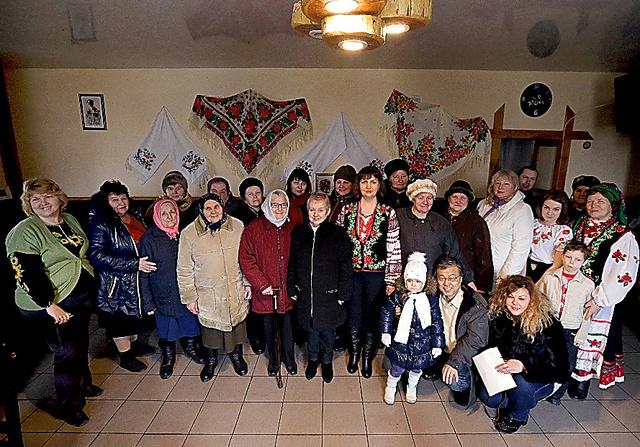 新ボロービチ村の人たちが集まってくれた。中央の黒い上着の女性が村長だったスベトラーナ(68)、右隣が現村長リュドミラ(34)、前列右から2人目が筆者=敬称略、2016年3月21日、杉本康弘撮影