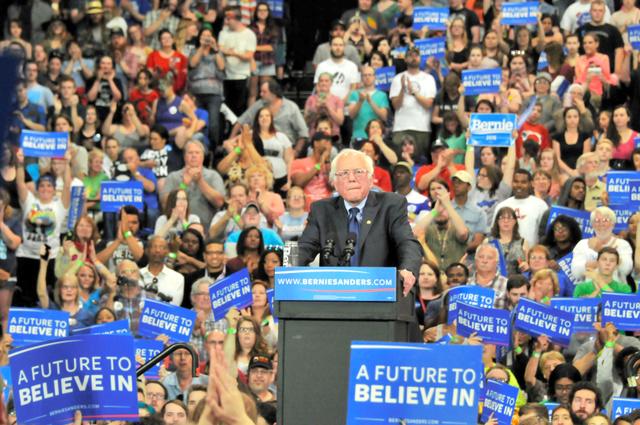 演説するサンダース氏に拍手を送る支持者たち=4月26日、ウェストバージニア州ハンチントン、金成隆一撮影
