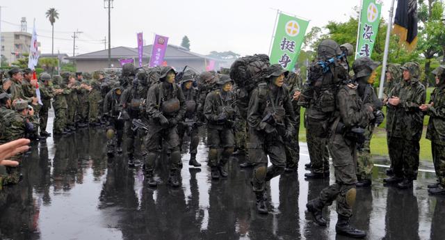 過酷な訓練を終えて陸上自衛隊国分駐屯地に帰ってきた隊員ら=20日、霧島市